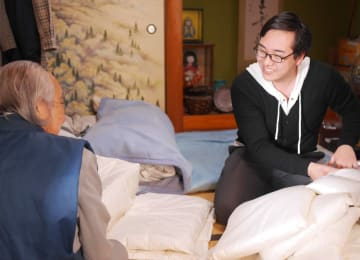 「眠りの宅配」で顧客から睡眠の相談を受ける大東寝具工業の社員(京都府京田辺市)