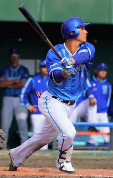 9回表1死二塁、DeNAの神里和毅が中越えの2点本塁打を放つ=23日、北谷球場(下地広也撮影)