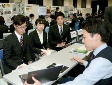 企業の担当者から説明を聞く学生ら=熊本市中央区