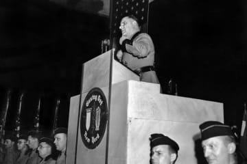 ニューヨークのマディソンスクエアガーデンで開かれた親ナチス・ドイツの集会=1939年2月(AP=共同)