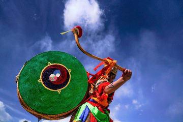 太鼓を背負った僧侶の舞 チベット自治区貢嗄曲徳寺