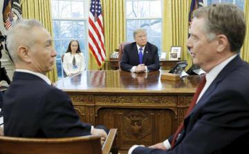 22日、米ホワイトハウスの大統領執務室でトランプ大統領(奥)と面談する中国の劉鶴副首相(左)。右はライトハイザー米通商代表(ロイター=共同)