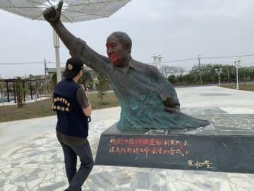 赤いペンキが吹き付けられた黄昭堂氏の像=23日、台湾・台南市(中央通信社=共同)