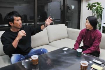 ソフトバンク・松田宣浩(左)と日立ソフトボール部・山田恵里【写真:岩越亮】