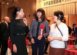 「世界遺産姫路城マラソン2019」のレセプションに参加した(左から)小林祐梨子さん、高橋尚子さんら=23日午後、姫路市内(撮影・小林良多)