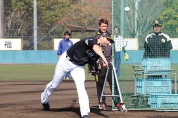 手術後初めて打撃投手として登板したソフトバンクのデニス・サファテ【写真:福谷佑介】