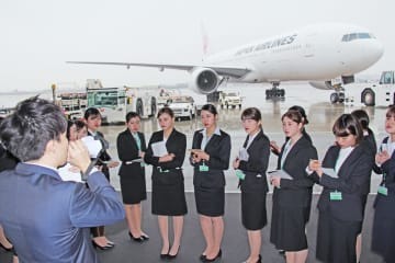 担当者の話を聞く学生=大阪国際空港
