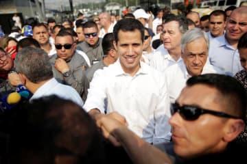 23日、コロンビア・ククタの人道支援物資の集積場に着いたベネズエラのグアイド国会議長(ロイター=共同)