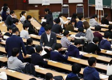 大学入試センター試験に臨む受験生=1月19日午前、東京・本郷の東京大学