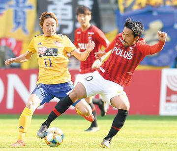 仙台―浦和 前半24分、浦和の興梠(右)が競り合う=23日、ユアテックスタジアム仙台