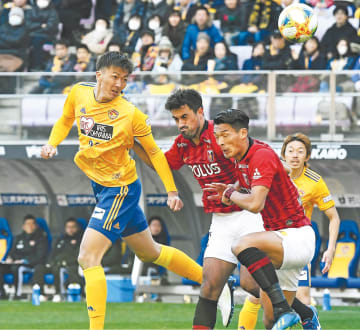 仙台―浦和 後半、仙台・長沢(左)が右からの折り返しを頭で合わせてゴールを狙う(写真部・小林一成撮影)