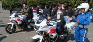 白バイの乗車体験など多彩なメニューで警察業務への理解を深めたオープンキャンパス=横浜市栄区の県警察学校