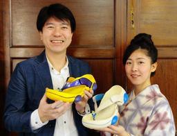 城崎温泉街と大阪市の会社が共同開発した履物「リゲッタ・リクライニング」=豊岡市日高町日置、市商工会本部