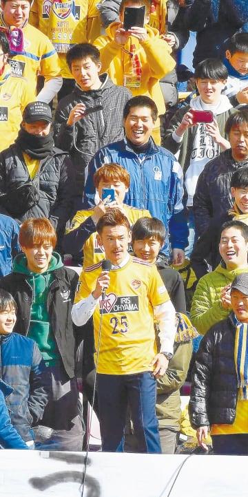引退セレモニーでサポーターのいる観客席であいさつする菅井さん(前列中央)