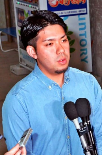 期日前投票の後、報道陣の質問に答える元山代表=23日、宜野湾市役所