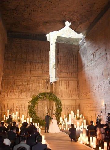 幻想的な雰囲気の地下空間で行われた結婚式=23日午前11時40分、宇都宮市大谷町