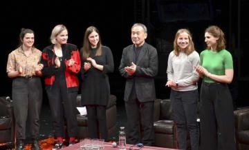 パリで若者と対話するイベントに参加した作家の村上春樹さん(右から3人目)=23日(共同)