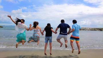 市民5人がジャンプして大原海水浴場で撮影されたシーンを再現。インターネットで発信し映画をPRした(いすみ市提供)