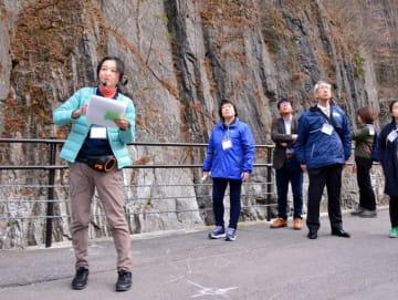 久慈渓流でガイドを行う金久由美子さん(左)