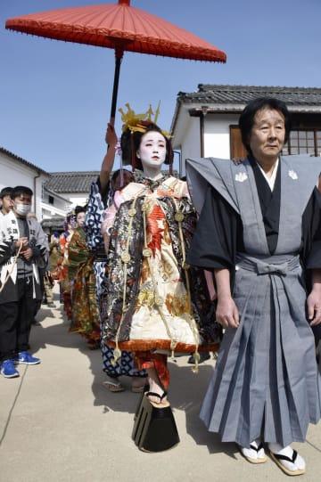 岡山県倉敷市の美観地区で開かれた復興イベントで練り歩く花魁に扮した女性ら=24日