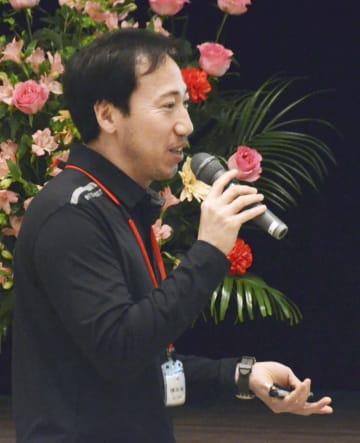 熊本県水俣市で開かれた国際フォーラムで、発言する韓国の金徳鍾さん=24日午後