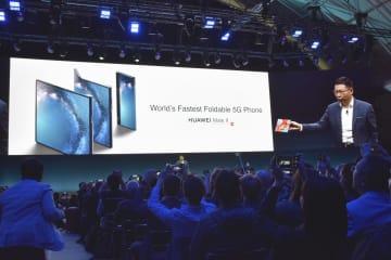24日、スペイン・バルセロナで開かれた華為技術の折り畳み式スマートフォンの発表会(共同)