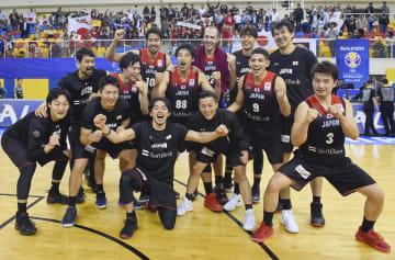バスケットボール男子W杯2次予選でカタールに勝利し、W杯出場を決め喜ぶ日本代表=24日、ドーハ(共同)