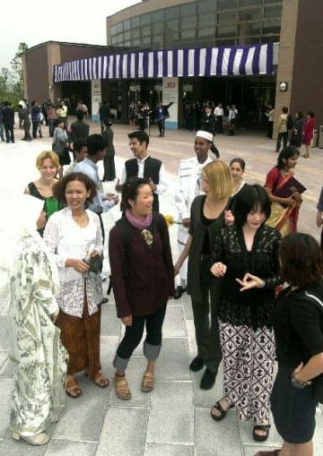 開学初年度の秋の入学式で国際色豊かな学生が集った立命館アジア太平洋大学=平成12年10月2日
