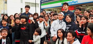 ファンと記念撮影するキングスの須田侑太郎、石崎巧の両選手=24日、那覇市