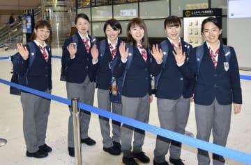 ユニバーシアード冬季大会に向けて出発するアイスホッケー女子の永野元佳乃(左端)ら=25日、成田空港