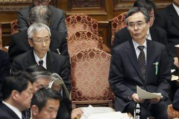 衆院予算委に臨む厚労省の藤沢勝博政策統括官(左)と姉崎猛元統計情報部長=25日午前