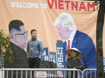 ハノイ市内に掲げられた、トランプ米大統領と北朝鮮の金正恩朝鮮労働党委員長が描かれた絵=25日(共同)
