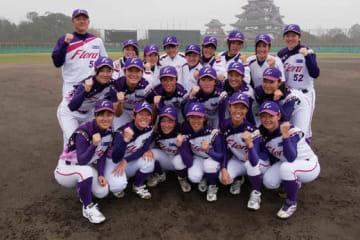 京都フローラの監督と選手たち【写真提供:日本女子プロ野球リーグ】