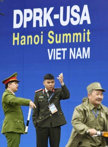 米朝首脳再会談を控え、警戒に当たる警察官=25日、ハノイ(共同)