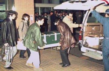 1999年、1例目の脳死判定が行われた高知赤十字病院で、運ばれる臓器が入ったクーラーボックス=高知市