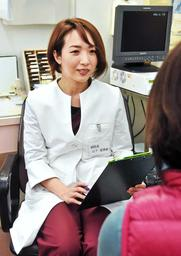 女性患者を診察する山下亜津紗さん=姫路市南八代町