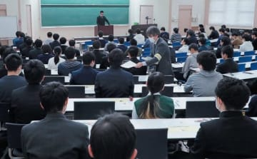 大分大の2次試験前期日程に臨む受験生=25日午前、大分市の大分大旦野原キャンパス