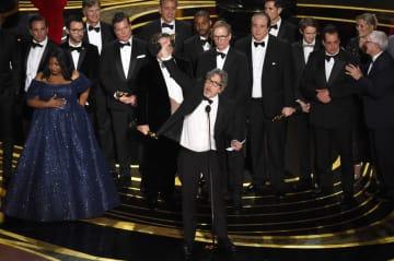 アカデミー賞の作品賞に輝き、喜ぶピーター・ファレリー監督(中央)ら「グリーンブック」のスタッフ(AP=共同)
