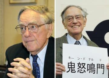 96歳で亡くなったドナルド・キーンさん。右は2012年3月、日本国籍を取得し、漢字で当てた名前を手にするドナルド・キーンさん=東京・北区