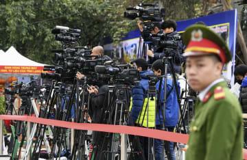 中越国境のベトナム側ドンダン駅前に集まった報道陣=25日(共同)