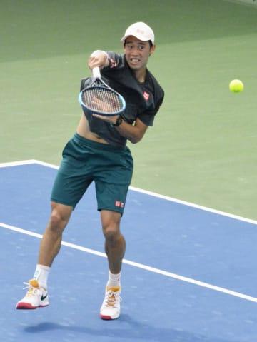 テニスのドバイ選手権1回戦へ向け、会場で調整する錦織圭=ドバイ(共同)