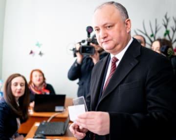 24日、モルドバの首都キシニョフの投票所を訪れたドドン大統領(タス=共同)