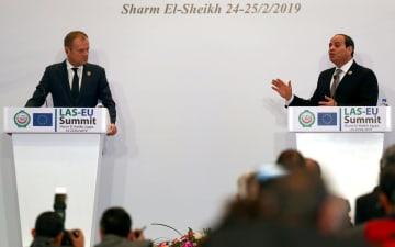 記者会見するEUのトゥスク大統領(左)とエジプトのシシ大統領=25日、エジプト・シャルムエルシェイク(ロイター=共同)