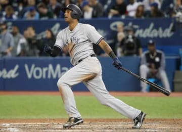 TORONTO, ON - JUNE 1: Aaron Hicks #31 of the New York Yankees hits a two-run double in the ninth inning during MLB game action against the Toronto Blue Jays at Rogers Centre on June 1, 2017 in Toronto, Canada. (Photo by Tom Szczerbowski/Getty Images)