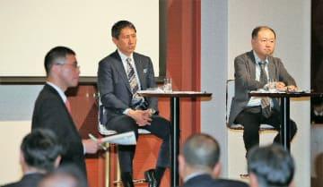 参加者と意見を交わす(右から)三浦宏樹氏、渡瀬裕司氏=25日午後、大分市内のホテル