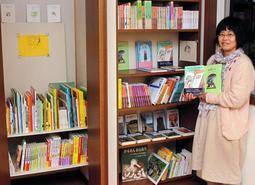 児童文学専門の小さな書店を営む井伊真希さん=神戸市東灘区岡本5
