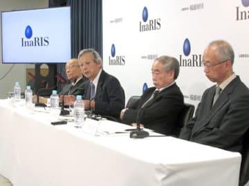 基礎科学研究者への長期助成プログラムを説明する中西京都大名誉教授(左から2人目)ら稲盛科学研究機構の運営委員=東京都千代田区・文部科学省