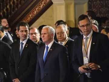 「リマ・グループ」の外相会合に出席したベネズエラのグアイド国会議長(左)とペンス米副大統領(中央)=25日、コロンビア・ボゴタ(ゲッティ=共同)
