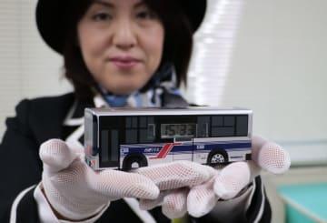西肥バスが販売するオリジナルの目覚まし時計=長崎新聞佐世保支社
