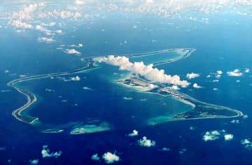 チャゴス諸島最大の島で、米軍が基地を構えるディエゴガルシア島=2001年(ロイター=共同)